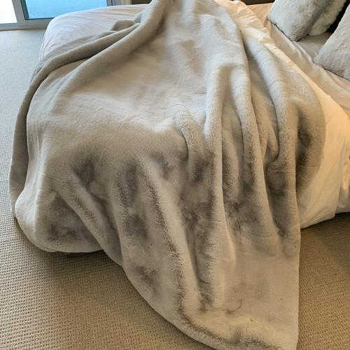"Luxury Chinchilla Feel Faux Fur Blanket by Rug Factory Plus - Cal King/Eastern King - 104"" x 93"" / Silver"