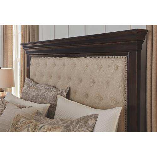 Brynhurst California King Upholstered Bed With Storage Bench