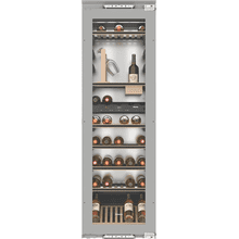 Built-in wine storage unit with FlexiFrame and SommelierSet for wine connoisseurs.