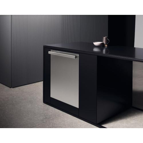 GFVi 707/72 - Int. front panel: W x H, 24 x 28 in in Clean Touch Steel™ finish with handle for fully integrated dishwashers.