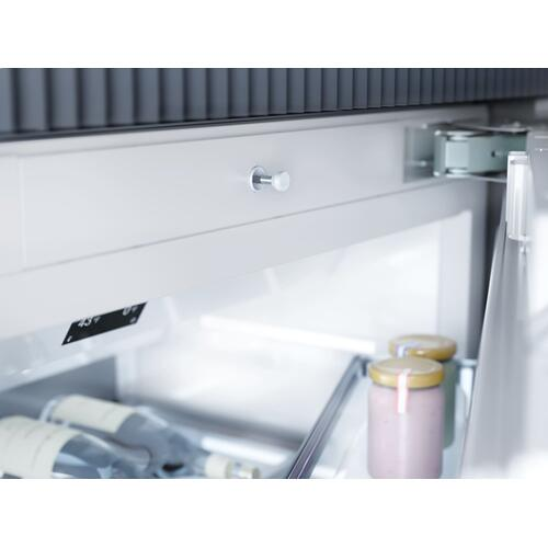 MasterCool™ freezer Integrated IceMaker features separate water and ice dispensers.